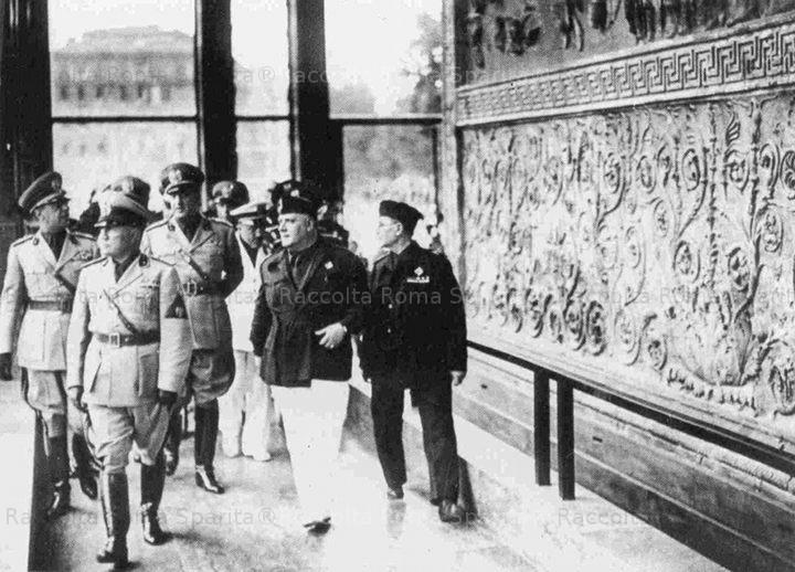 Mussolini inaugura la teca dell'Ara Pacis