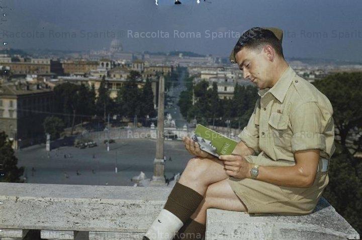Un soldato alleato sul belvedere del Pincio