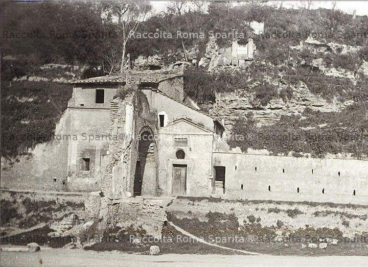 Via Marmorata - Arco e chiesetta di San Lazzaro.