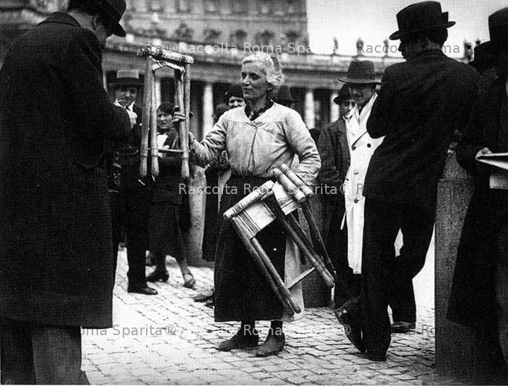 Noleggiatrice di seggiolini in piazza San Pietro