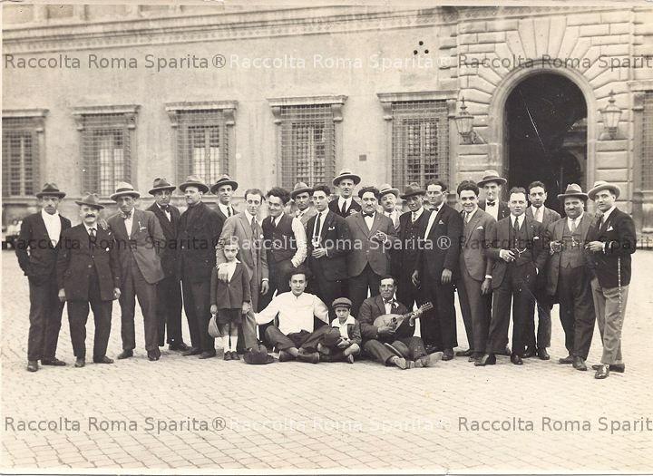 Gruppo di amici a piazza Farnese