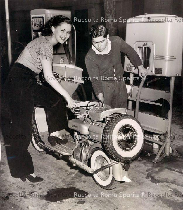 Miss Roma, Anna Maria Rossi fa rifornimento al suo scooter