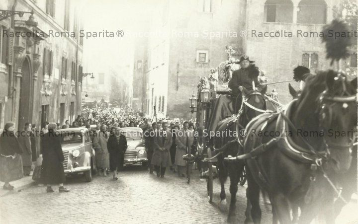Funerale su via della Lungarina