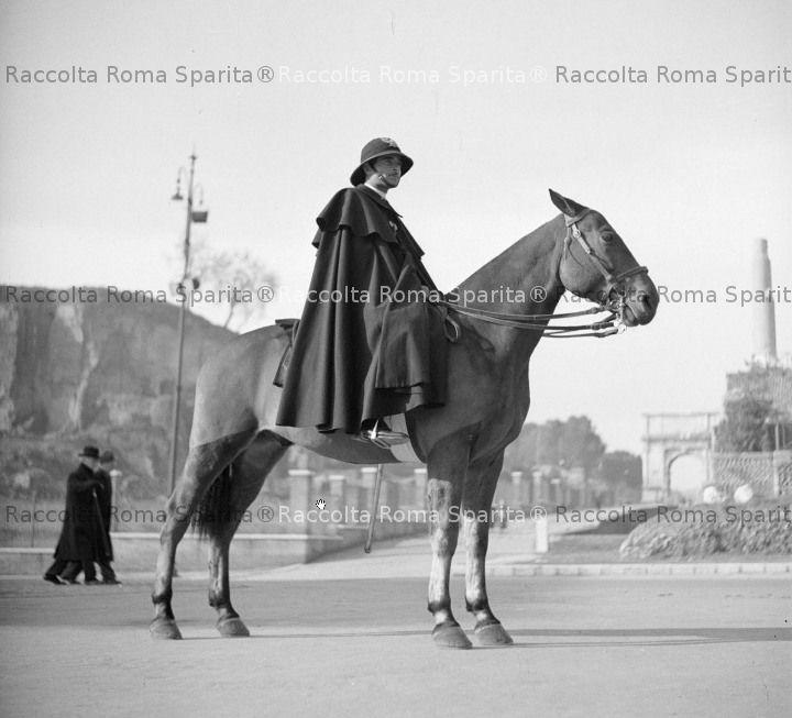 Vigile a cavallo in piazza del Colosseo