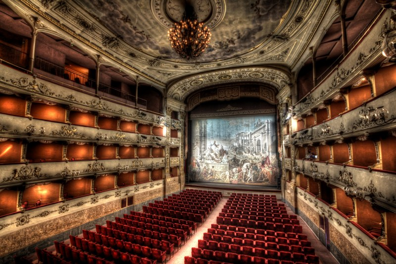 Lo storico sipario del Teatro della Pergola