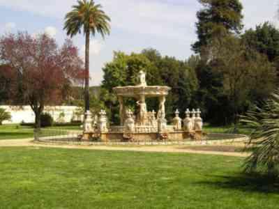 Fontana del Cupido di fronte alla villa